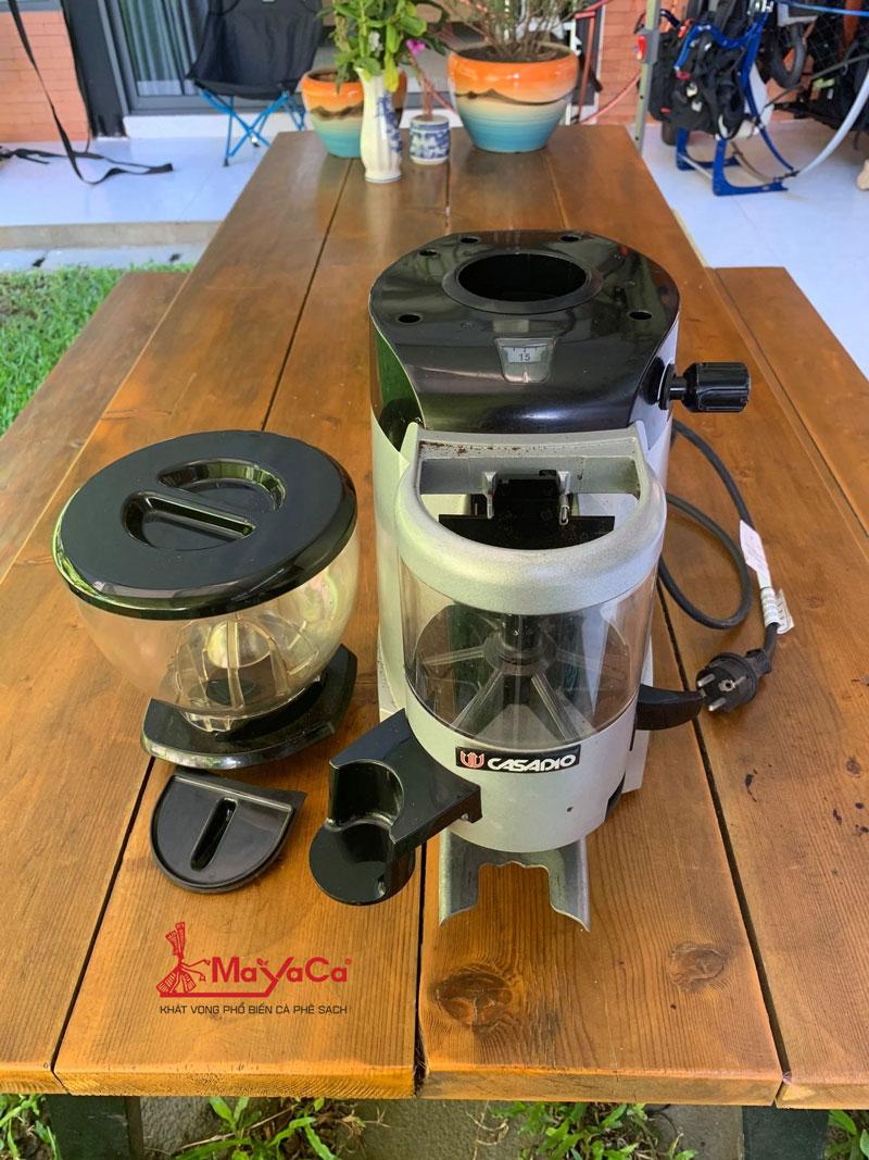 hinh-anh-ve-sinh-may-xay-ca-phe-casadio-ena64-mayacacoffee